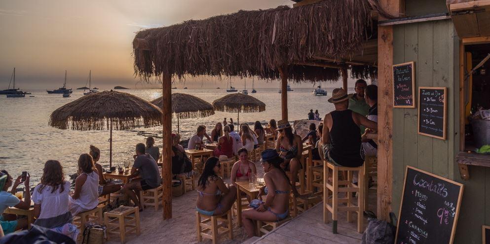 Chiringuito en Cala Conta Ibiza viajes en velero B2Bviajes