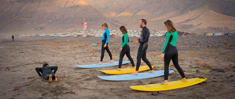 Aprovecha para dar clases de iniciacion al surf en tu viaje a Lanzarote