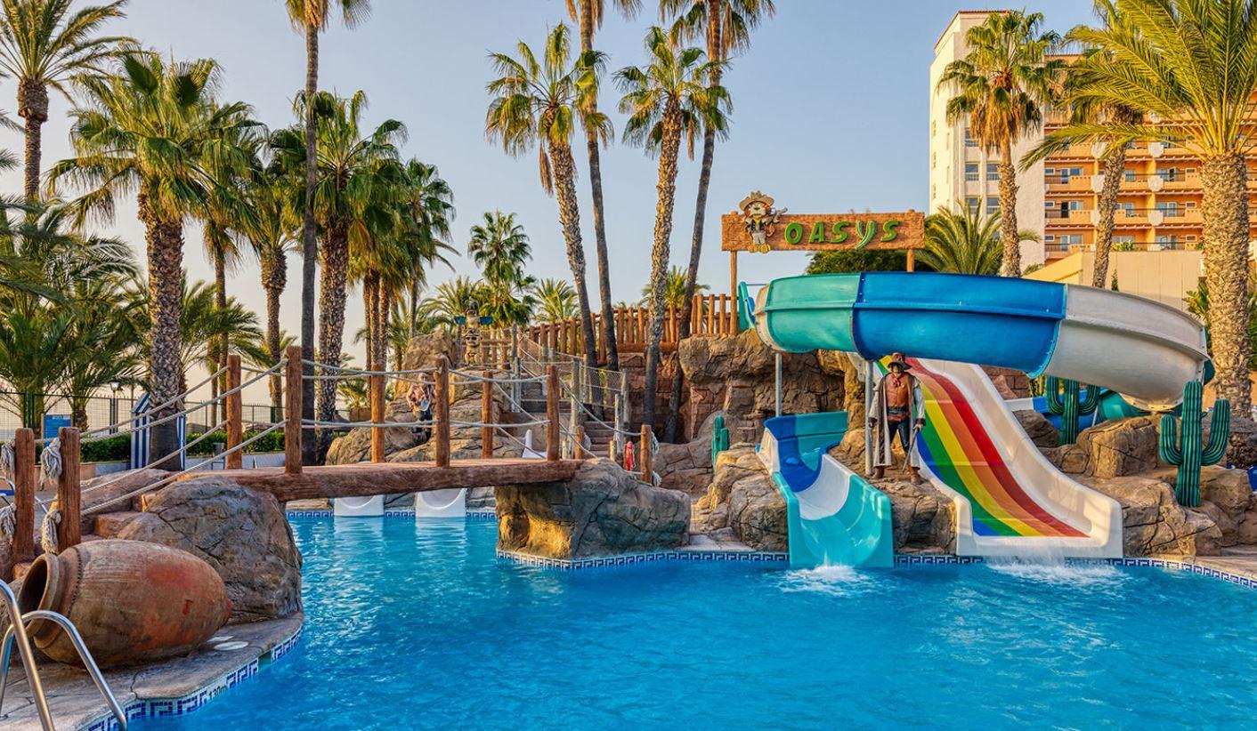 Piscina para niños con toboganes en Hotel Playadulce Almeria