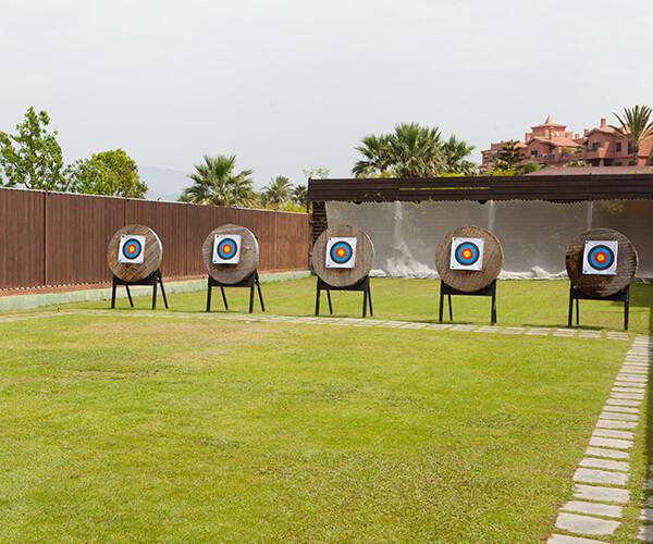 Hotel con zona de tiro con arco y carabina