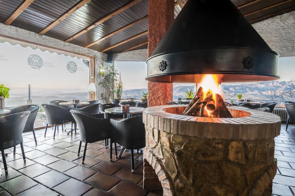 Salón Chimenea y terraza con vistas panoramimcas en hotel Sierra de Cazorla