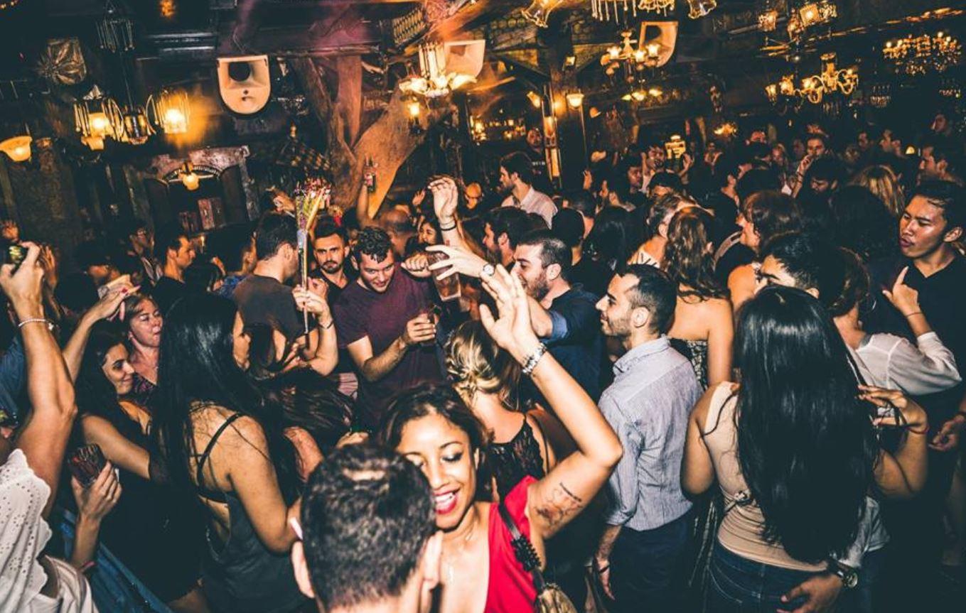 La Favela bar de copas en Bali para salir de noche