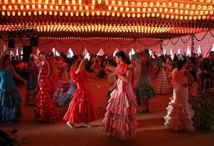 bailando_sevillanas_en_una_caseta_de_la_feria_de_abril_en_sevilla_0.jpg?itok=LDLJa33O